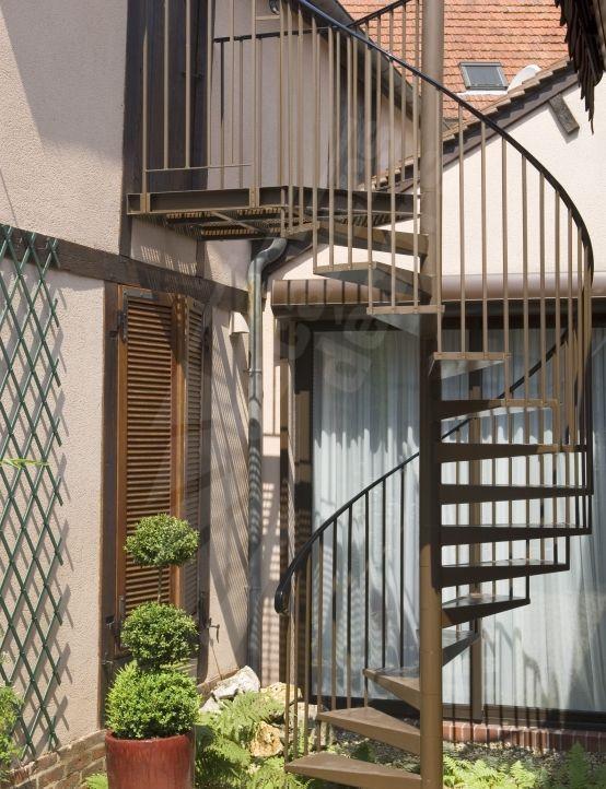 Escalier Standard Du0027extérieur En Acier Galvanisé Y Compris Palier En  Caillebottis Métallique à Lu0027arrivée. Marches Caisson Pour Béton Ciré  Décoratif.
