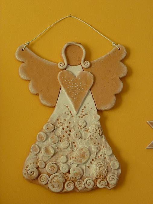 Závesný anjel,keramika, biela patina rozmer 50cmx40cm
