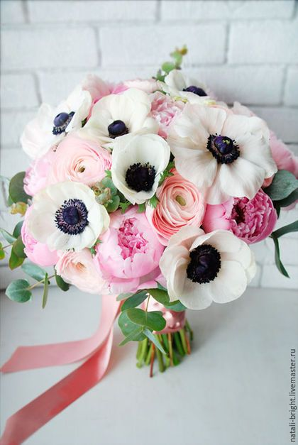 Свадебный букет невесты из живых цветов Шикарный/ Букет невесты собран из белых анемон, нежных ранункулюсов, розовых пионов и эвкалипта.