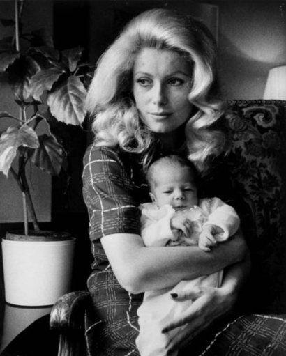 DAVID BAILEY 1938  Catherine Deneuve et sa fille Chiara, 1972. Tirag