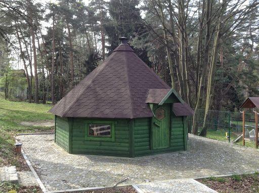 W Gminie Sobótka (dolnośląskie) w trzech wsiach postawiliśmy domki grillowe, które służą jako świetlice wiejskie do spotkań lokalnej ludności. Może w każdym z nich usiąść 42 osoby. Domki te mają 25m2 powierzchni