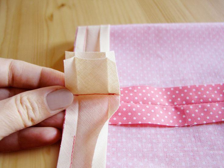 Coser los dos márgenes de la cinta al bies, haciendo coincidir la costura con la de prenda.
