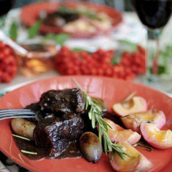 Mustig älggryta med potatisbakelse och rosmarinäpplen