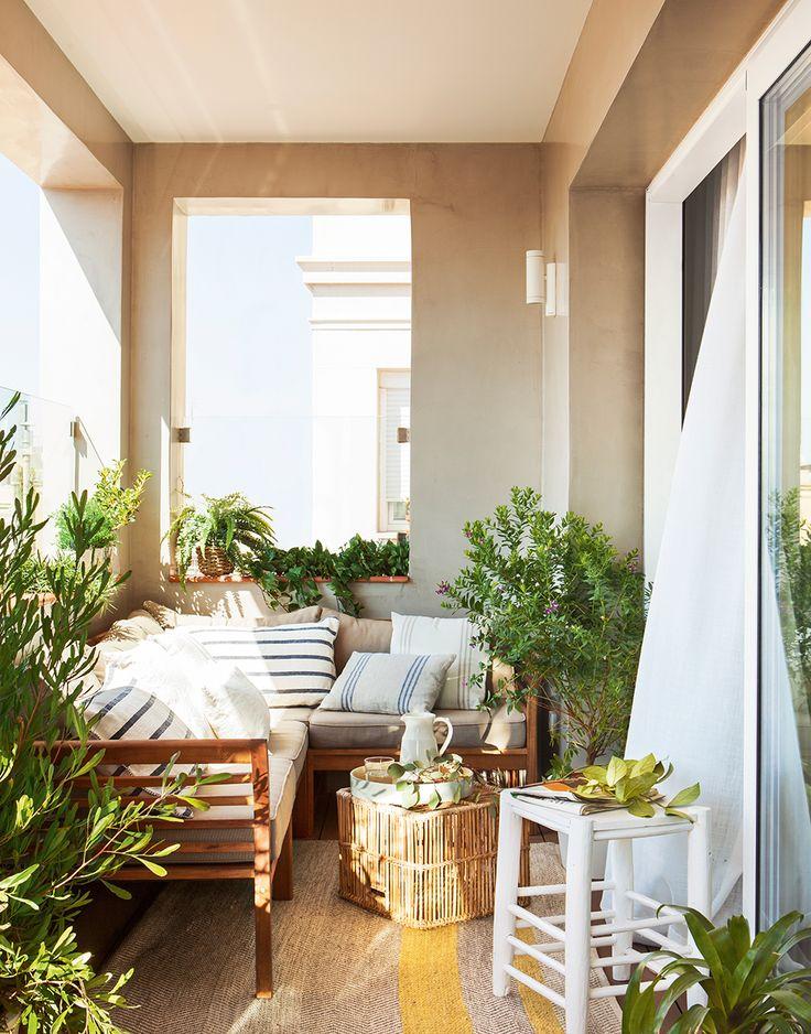 Pequeña terraza en beige con banco en L