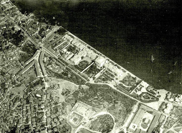 Zeplinden çekilmiş fotoğraf (~1920. Dolmabahçe) Sol altta yerinde stadyum olan Has Ahırlar ve Saray Tiyatrosu görülüyor.