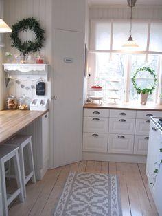 Eingebaute Eck-Speisekammer und Arbeitsplatte mit Sitzgelegenheit - ziemlich cool! Lidingö kök | Maria | inspiration från IKEA