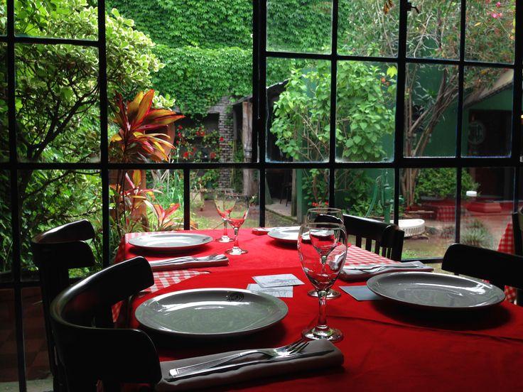 Una bonita mesa casi, casi en el patio :)