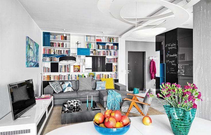 Funkcjonalny apartament Julity i Jakuba. Dominują szarości i biele, ożywione mocnymi barwami - Dom