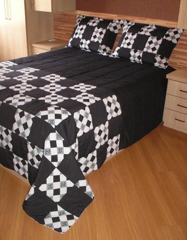 01 Colcha Casal Padrão ( 2,40 x 2,40m ) - Modelo MOSAICO   Em tecido Lugano (preto / estampado ).   Manta acrílica e Forro em tecido oxford branco.   02 Capas de travesseiros ( 0,50 x 0,70m )