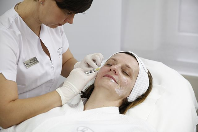 Aldona podczas zabiegów medycyny estetycznej.