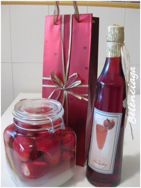 Strawberry liqueur pomace. Licor de orujo de fresas