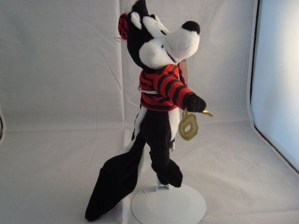 """WARNER BROS STORE-PEPE LE PEW-BEAN PLUSH-8 INCH-PRISIONER OF LOVE--NEW/TAGS-1998 HOLDING A GOLD KEY LONG TAIL PLASTIC WHISKERS BIG SMILE TUFT OF FUZZY WHITE HAIR WEARING A PRISON OUTFIT TOP WITH EMBROIDERED """"PRISIONER OF LOVE"""" #pepelepew"""