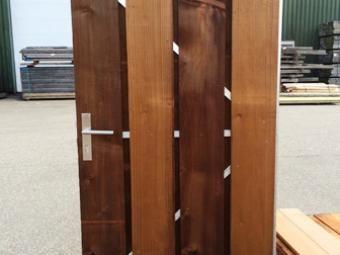 Bruin geïmpregneerde deur (tanatone®)  De deur is opgebouwd uit geïmpregneerde ruwe planken 020*200 mm. Standaard voorzien van stalen poortframe, verzinkt 90 cm breed, 2 losse duimen en een geïntegreerd slot.