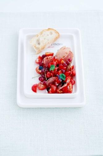 salat m rips, spekeskinke og tomat