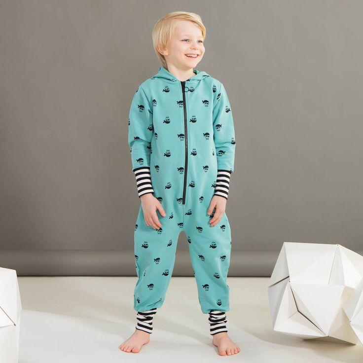 PIRATE huppuhaalari, sinivihreä - musta | NOSH verkkokauppa | Kevään lasten uutuusmallistossa leikitellään joutsenien, pesukarhujen ja raitojen iloisessa joukossa. Tilaa tuotteet NOSH edustajalta tai verkosta nosh.fi/lapset (This collection is available only in Finland but you can shop these wonderful fabrics online en.nosh.fi)