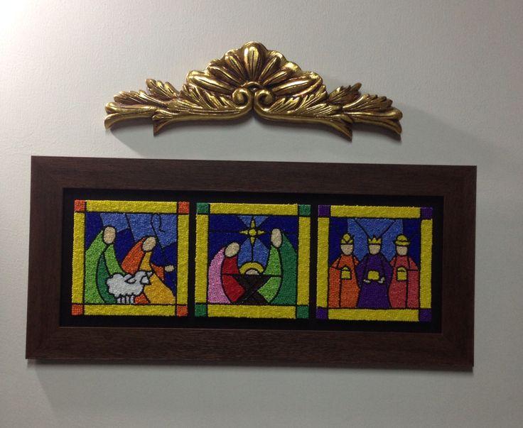 Pesebre realizado en vitral, chaquiras pegadas sobre madera.