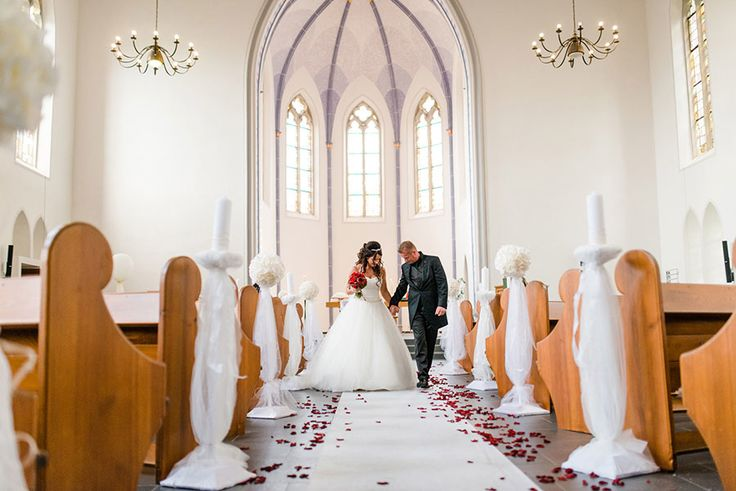 Braut und Bräutigam nach der kirchlichen Trauung alleine in der Kirche. Foto: http://weddings.lauramoellemann.de