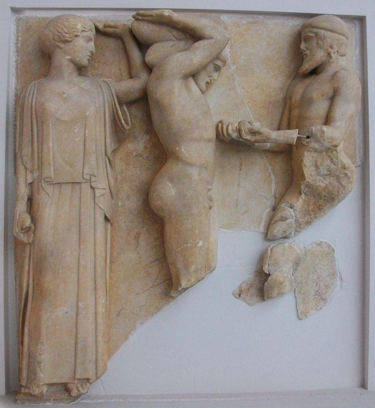 Atlas overhandigt Heracles de appels van de Hesperiden in het bijzijn van Athena ~ Metope van de Tempel van Zeus in Olympia ~ ca. 470 vC. ~ Marmer ~ Hoogte 160 cm. ~ Museum, Olympia