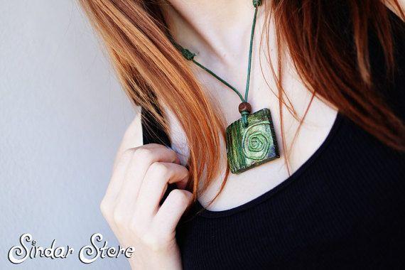 Bella verde terra pendente, fatto da argilla secca aria e dipinte a mano. Questa collana è adatta per tutti i giorni in ogni stagione, è anche adatto a gioco di ruolo dal vivo.  Il simbolo a spirale può rappresentare il percorso che conduce dalla coscienza esterno lanima interiore. La spirale è anche simbolo di una donna.  Il pendente misura 4x4cm/1.5x1.5inch. La lunghezza è regolabile, così si può indossare come volete!  ------------------------------------------  SPEDIZIONE GRATUITA…