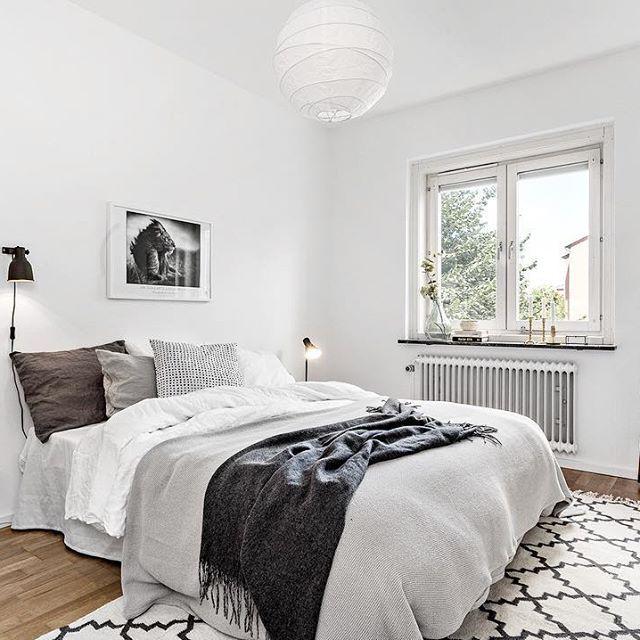 Vi önskar trevlig helg med en bild från sovrummet på Kabelgatan 24! Mäklare: Carina Wallentin. Foto: Christoffer Svensson