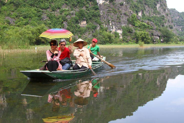 É bom ver o sorriso genuíno da população e a pequena povoação de Ninh Binh, a sul de Hanoi, é o local ideal para este encontro. A apenas três horas de viagem, esta área rural é completamente distinta das cidades vietnamitas. No entanto, a povoação em si não merece mais do que alguns minutos já …