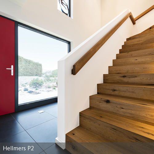 Die rote Haustür als Blickfang im Eingangsbereich
