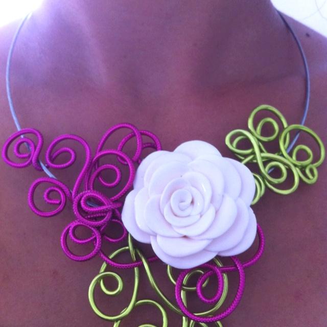 Collier en fil d 39 aluminium et fleur en p te fimo fimo - Tuto bijoux pate fimo et fil aluminium ...