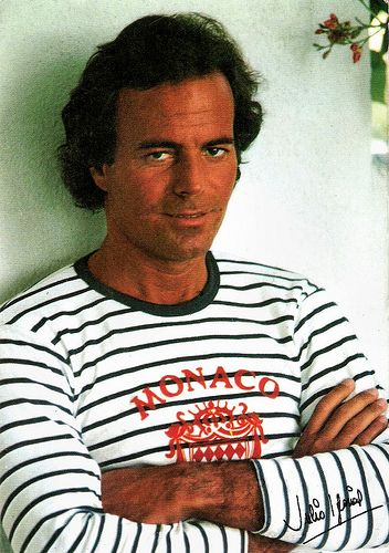 Julio Iglesias. Spanish card by Promotore des Artes Graficas, Barcelona, no. J.I.-5. Sent by mail in 1985. Photo: Julio Iglesias Difusión / P.A.G.S.A., 1982.