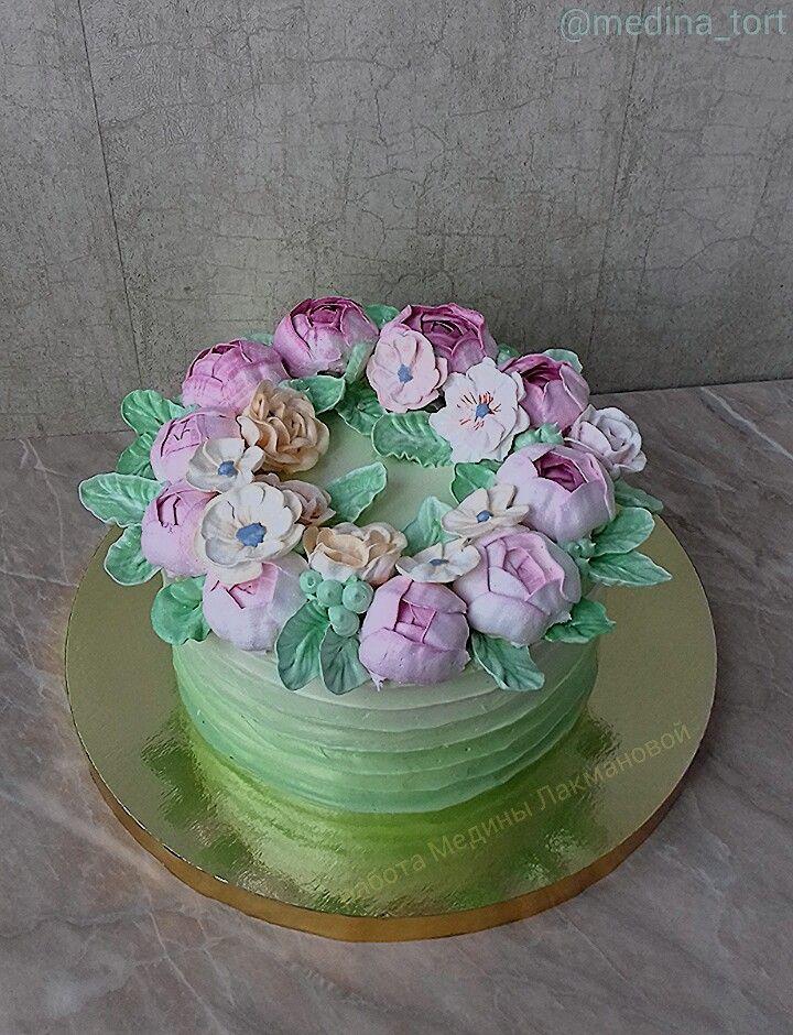Кремовый торт; в инстаграмме - @medina_tort;