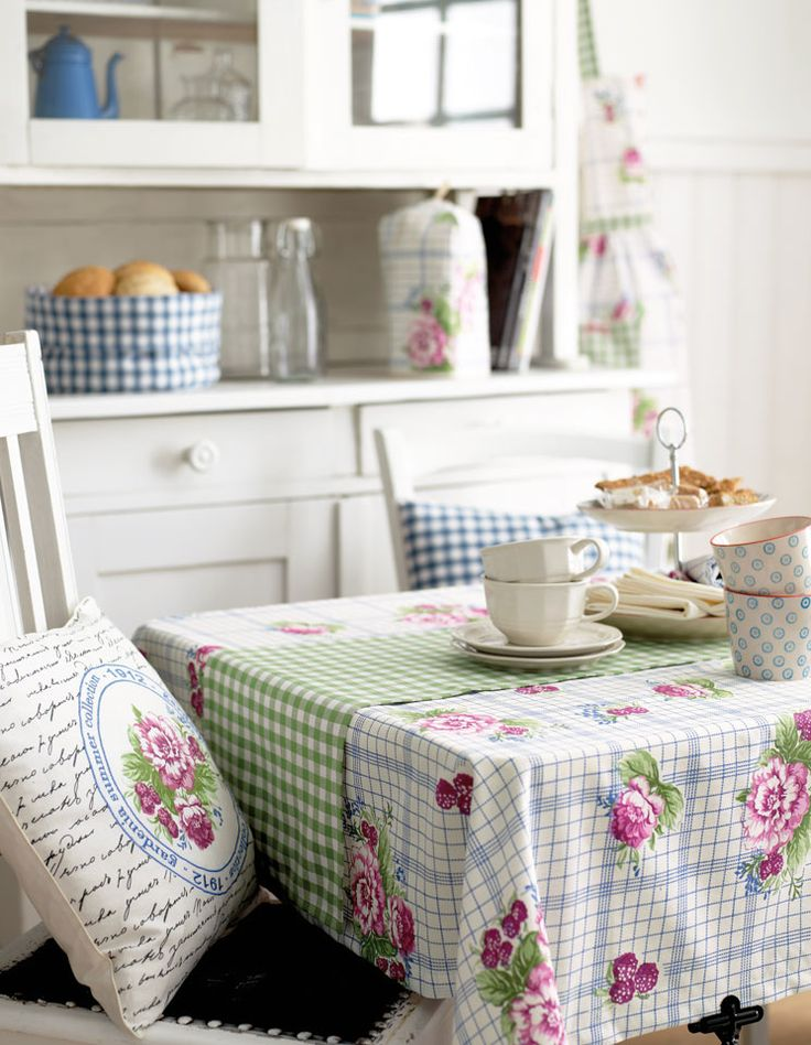 Bomuld trykt hvid m blå tern/roser - Stof & Stil