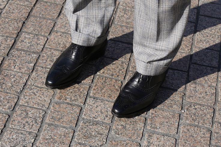 https://vestirseporlospies.es/zapatos-negros-o-marrones-con-el-traje-gris-y-jersey-de-cuello-cisne/