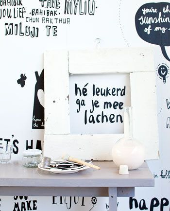 Mooie, lieve, grappige en ontroerende spreuken, bijvoorbeeld van Loesje en vrolijke illustraties van Maartje Kuiper, samen in een zwart-wit behang dat je wand gegarandeerd een oppepper geeft.