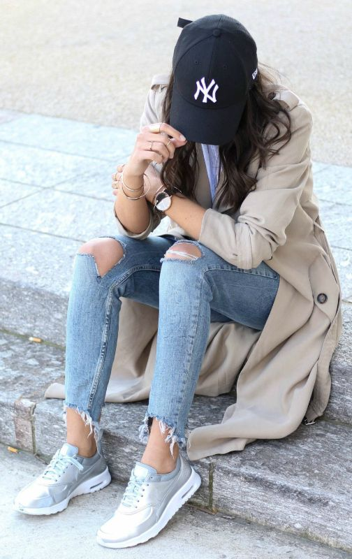 cool and casual vibes + trench coat look + NY Yankees cap + metallic sneakers + Federica L + laid back style + perfect for every day wear all year round Trench/Jeans: Bershka, Shirt: Pop My Dress, Shoes: Nike.