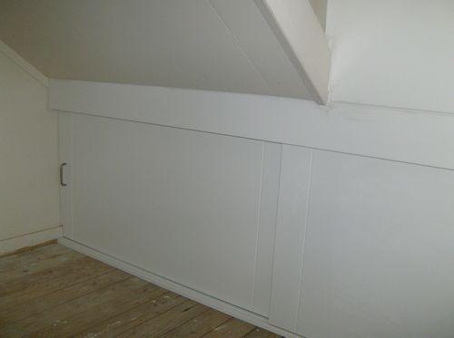 Inbouwkast onder schuin dak schuifdeur