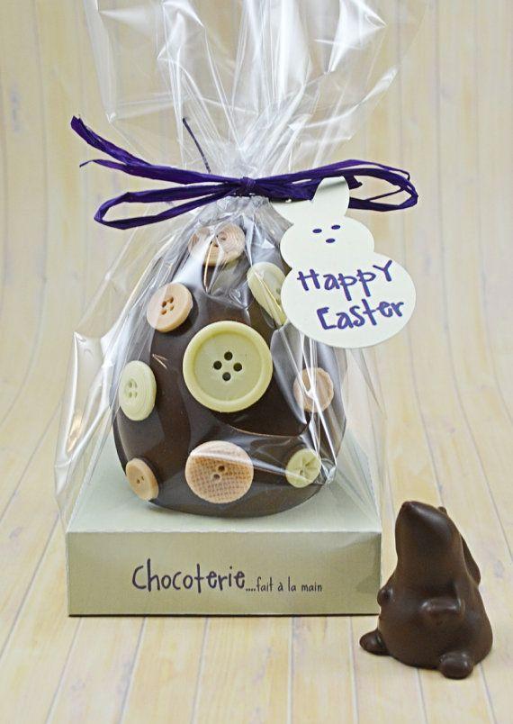 Uovo di Pasqua decorato con i tasti che contengono coniglietto di cioccolato al latte all