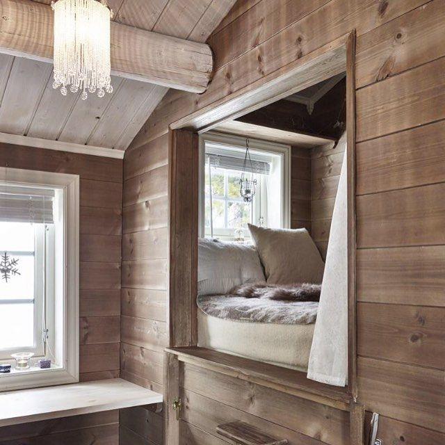 For er koselig, lite krypinn. Her vil vi gjerne sove💤 What a cozy bed! Foto: Sveinung Bråthen #hytteliv #hyttekos #bladethytteliv #interiør #hytteinteriør #soverom #hyttesoverom #seng #inspirasjon #hytteinspirasjon #cabin #cottage #bedroom #bed #cozy #nordic #nordicliving #scandinavia #scandinavian #simple #simplelife