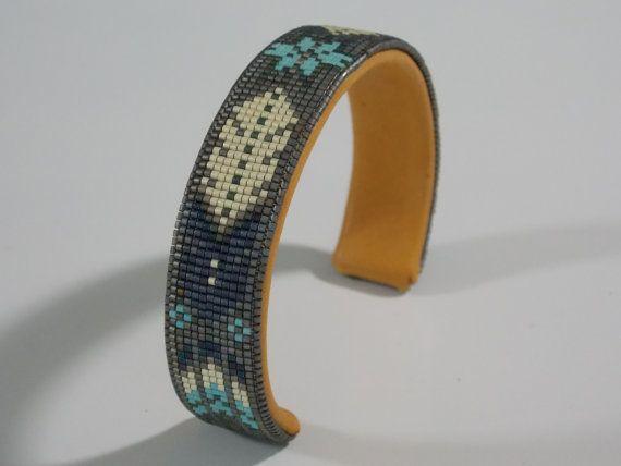Native American Beaded armband In de kleuren van mijn oude pion patroon met Zuidwestelijke juwelen van flat silvers en blauw/turquoise accenten.