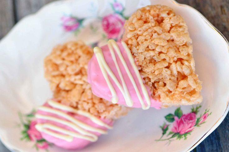 Spojení lehké hmoty z expandované rýže (burizonů) s rozehřátými pěnovými marshmallow bonbóny by dřív sotva někoho napadlo. Ale moderní cukrařina hledá pořád něco nového a tak pojďme vyzkoušet recept, který svým výsledkem určitě každého překvapí!