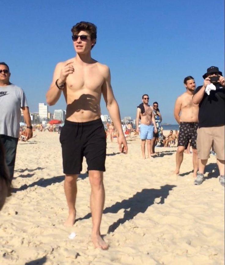 Shawn Mendes em uma praia no Rio De Janeiro, Brasil