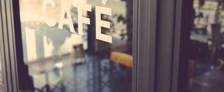 Tee-Raum mit Lebensmittel und Tabak / Zeitungen zu verkaufen