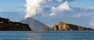Arbatax est ancrée au pied du promontoire granitique de Capo Bellavista Sardaigne Italie