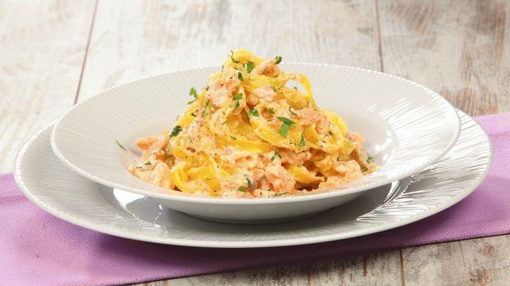 Ricetta Tagliatelle al salmone affumicato: Tagliatelle al salmone affumicato: un condimento classico il salmone, per una pasta un po' particolare come le tagliatelle all'uovo. Ottimo piatto!