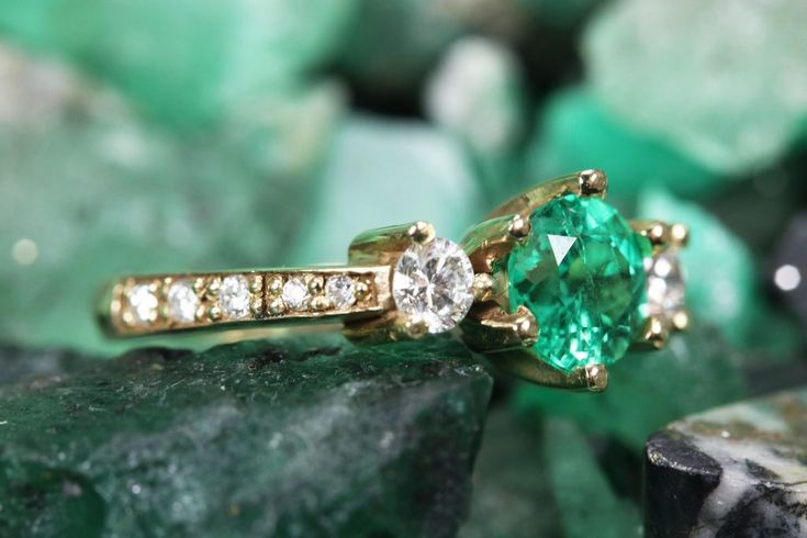 1,57 tcw drei Stein Runde kolumbianische Smaragd & Diamant Akzent Verlobungsring 14k