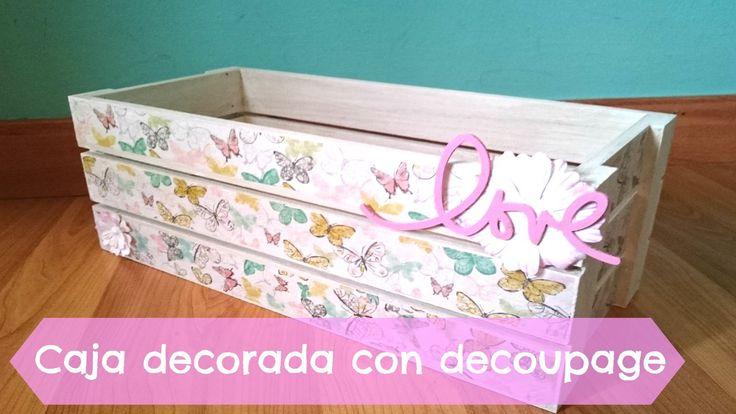 Aprende a decorar una caja de manzanas con papel de decoupage de mariposas, pintura chalky y algunos adornos más #diy #handmade #decoupage #crafts #manualidades #decoracion #video #tutorial