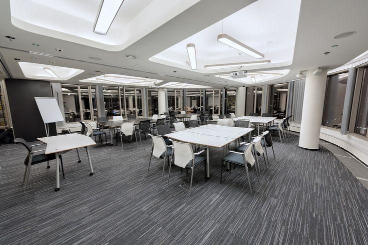 Business Link to inspirujące wnętrze zlokalizowane na 12 piętrze biurowcu Zebra Tower w centrum Warszawy, z którego rozciąga się imponujący widok na panoramę miasta. Centrum oferuje świeże, nowoczesne i niebanalne przestrzenie, w których zorganizujesz spotkania biznesowe, szkolenia i konferencje, jak i imprezy. Każda z sal szkoleniowych i przestrzeni coworkingowych tworzy inny, niepowtarzalny klimat. W ofercie centrum znajdują się między innymi:    Nowoczesna aula z rzędami kolorowych…