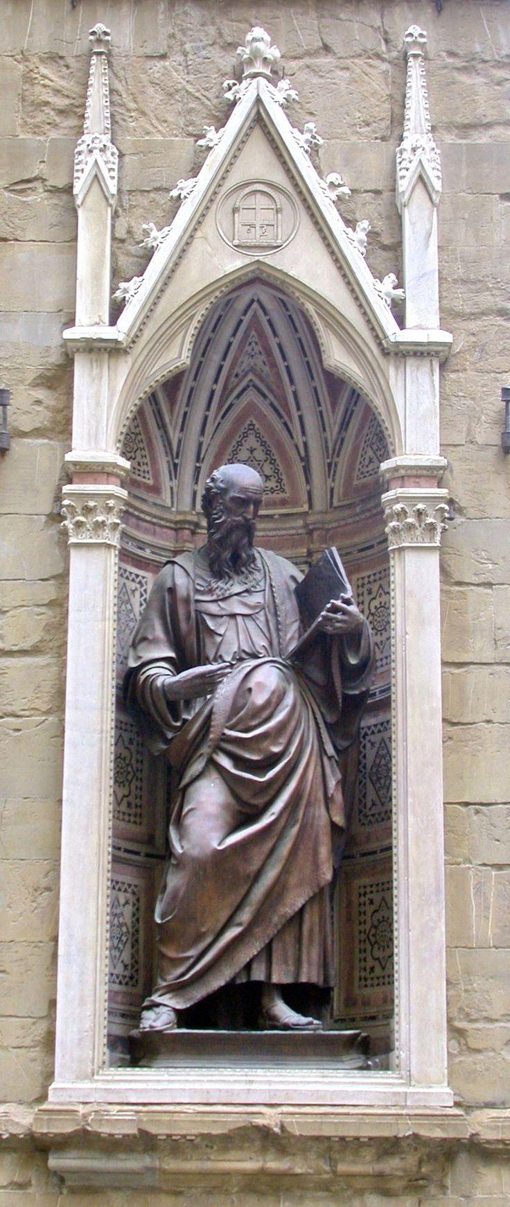 Firenze Orsanmichele statua in bronzo di San Giovanni Evangelista di Baccio da Montelupo nella nicchia dell'Arte della Seta