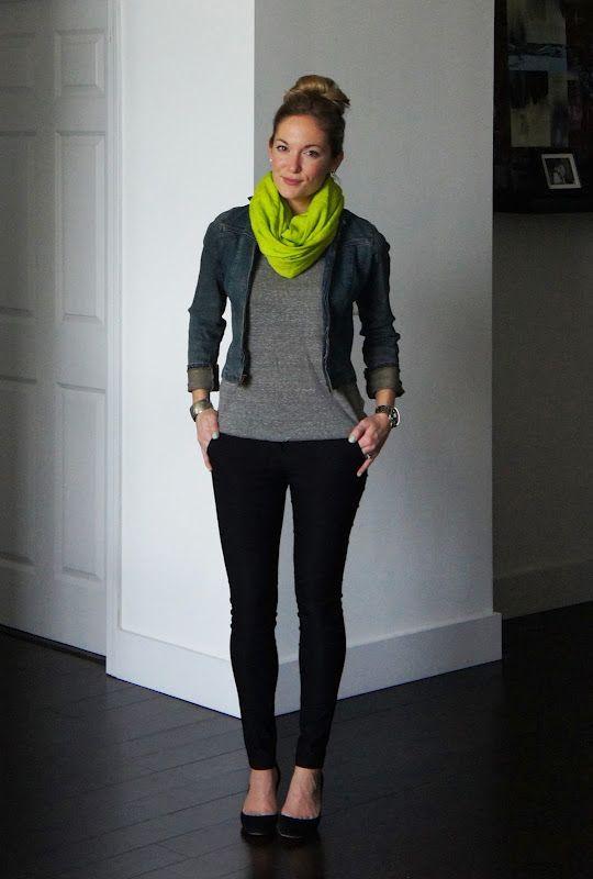 Blusa gris / chamarra de mezclilla/ scarf neon/ pantalones negros/ flats negras