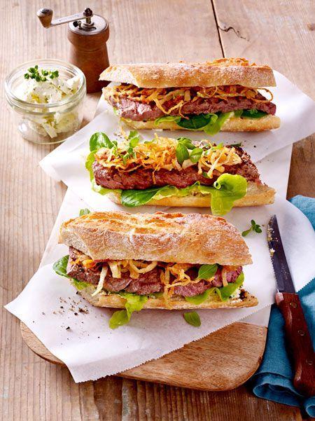 Mmmmhhhh, ein Sandwich der Extraklasse: Zwischen zwei Baguettehälften werden Kräuterbutter, Salat, Rumpsteak und selbst gemachte Röstzwiebeln geschichtet. So gut!