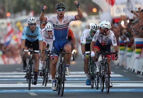 V CÍLI. Slovenský cyklista Peter Sagan triumfálně dojíždí do cíle závodu s hromadným startem na mistrovství světa.