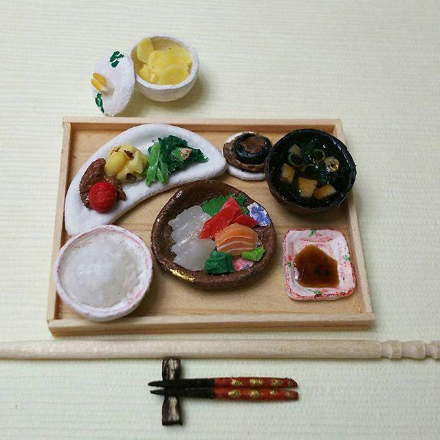 『よそんちのおうちごはん』  @yyyuko1224さんにお許しを得て ミニチュアにしてみました🎵  お刺身のお皿の模様にキュンときて 勢いで作りました👍 美味しそうな晩ごはんです❤  #おうちごはんが狙われてます!#おうちごはん#うちごはん #晩ごはん#今日の晩ごはん#お味噌汁#和食#和食器#器#お刺身#お造り#ほうれん草#昆布巻き鮭#まぐろ#いか #トマト#ミニチュア#miniature#japanese#kawaii#handmade#つま楊枝#よそんちのおうちごはん
